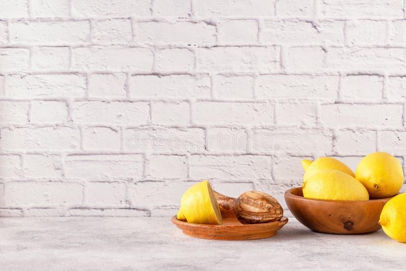 Citrons et presse-fruits pour faire le jus de citron photo libre de droits