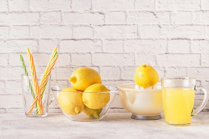 Citrons et presse-fruits pour faire le jus de citron photographie stock