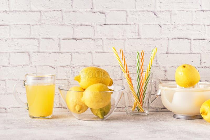 Citrons et presse-fruits pour faire le jus de citron image libre de droits