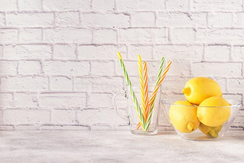 Citrons et presse-fruits pour faire le jus de citron image stock