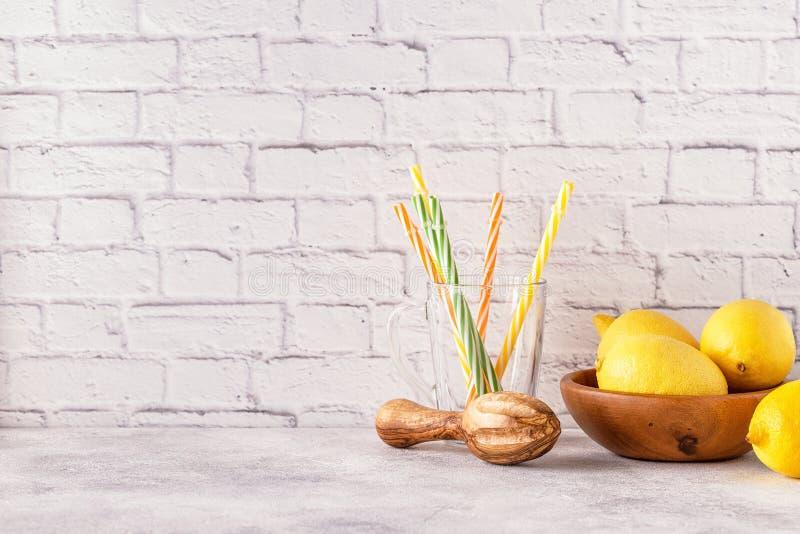Citrons et presse-fruits pour faire le jus de citron images libres de droits