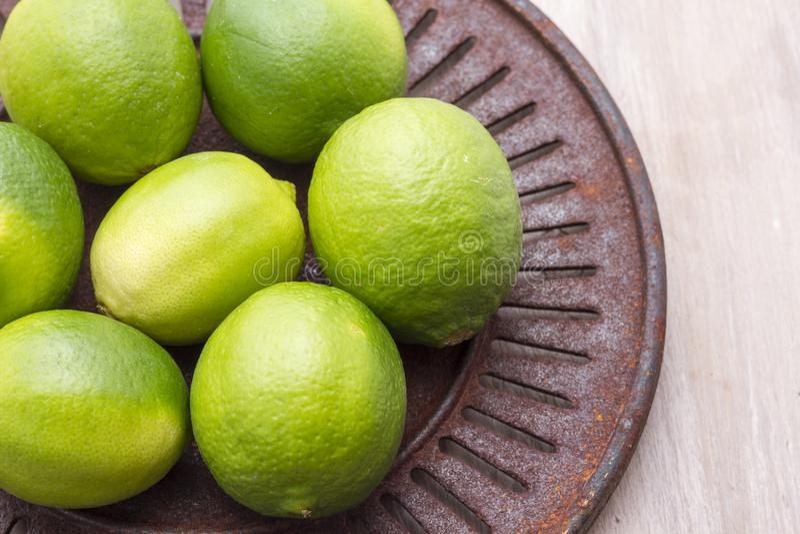 Citrons frais dans la cuvette sur la table photos stock