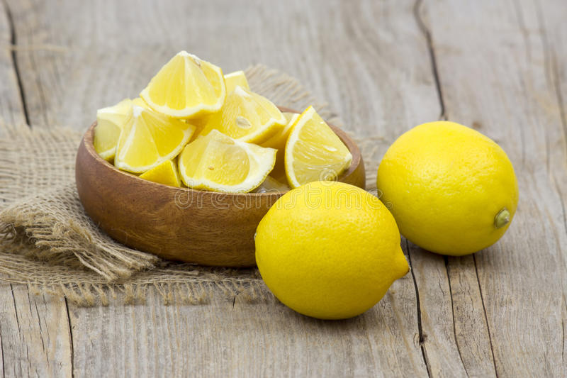 Citrons frais dans une cuvette image stock