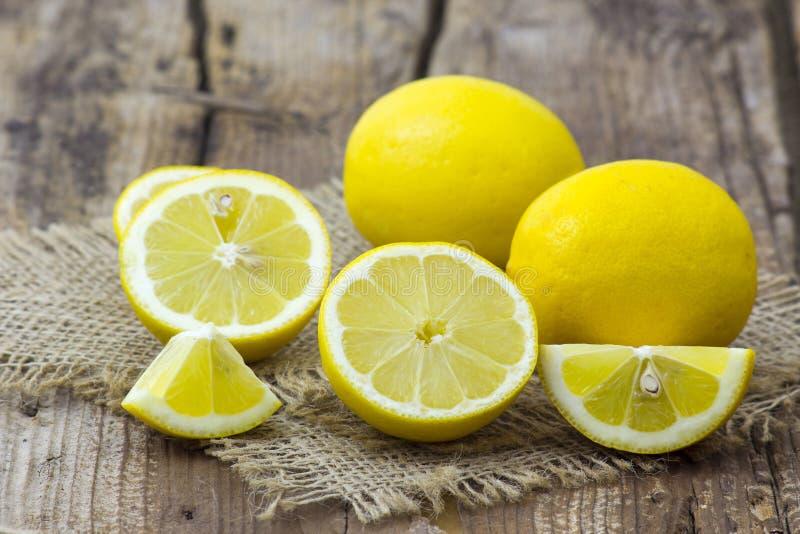 Citrons frais, fond en bois photo stock