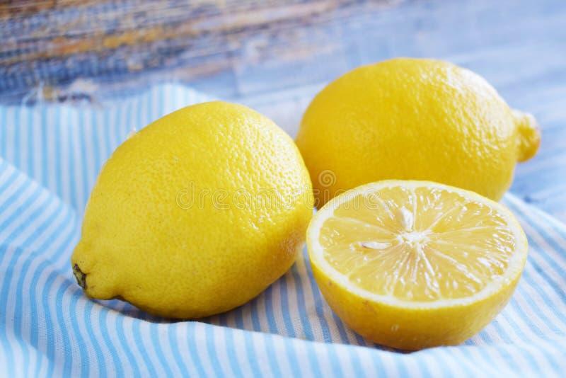 Citrons frais sur le fond bleu image libre de droits