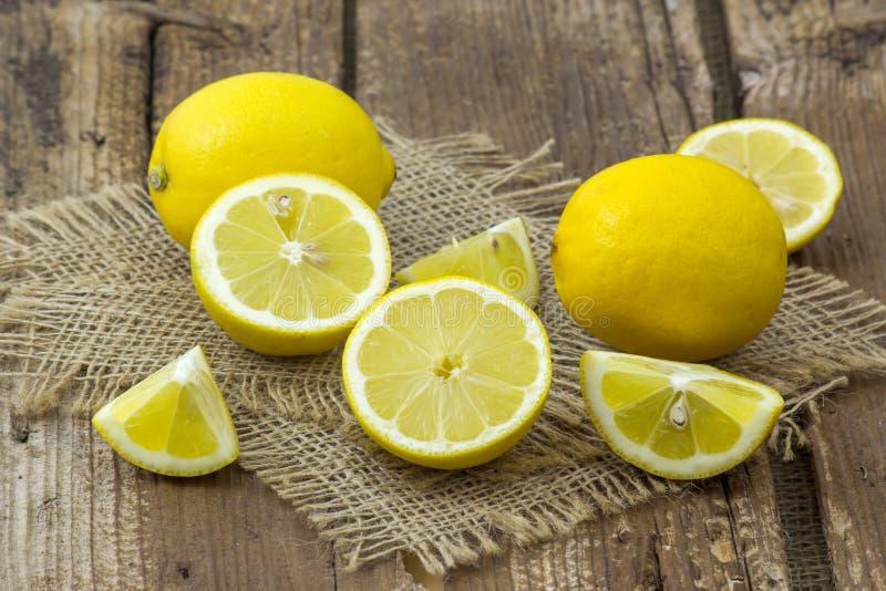 Citrons frais sur le fond en bois image stock