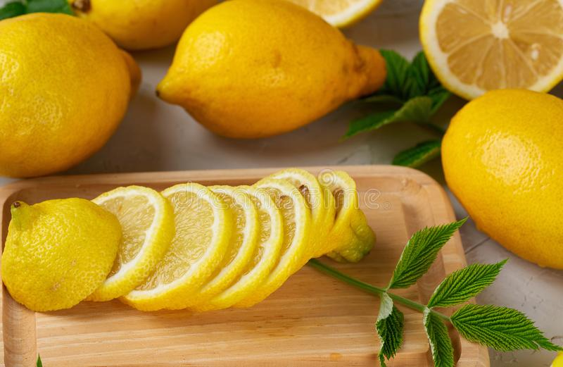 citrons jaunes entiers frais et fruits coupés en tranches photographie stock libre de droits