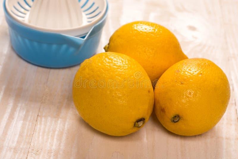 Citrons jaunes frais avec le tamis en plastique photo stock