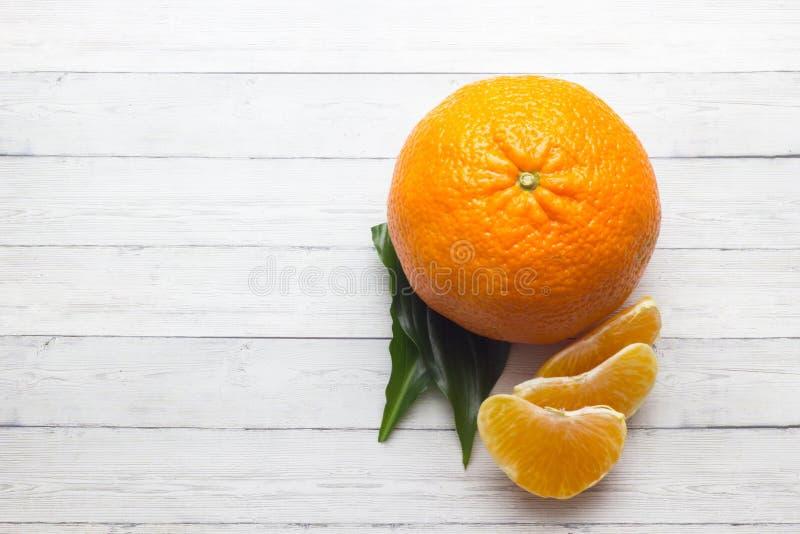 Citrons, oranges et limettes Oranges Au-dessus du fond en bois de table avec l'espace de copie images stock