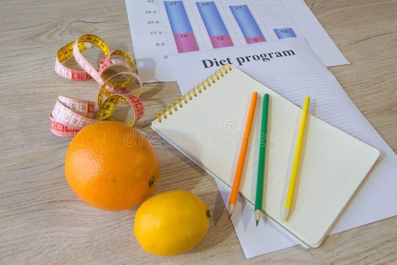 Citrons, oranges et limettes Concept de la perte de poids Régime sain de mode de vie avec les légumes frais image stock