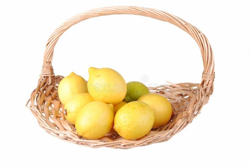 Citrons organiques dans un panier de paille photographie stock