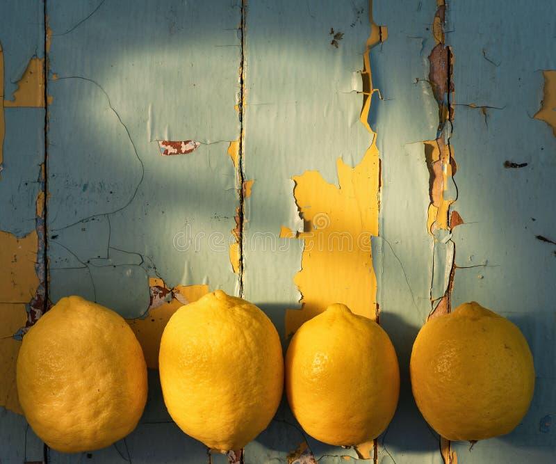 Citrons sur le fond en bois photos stock