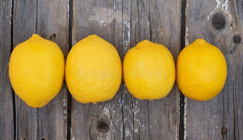 Citrons sur le fond en bois photo stock