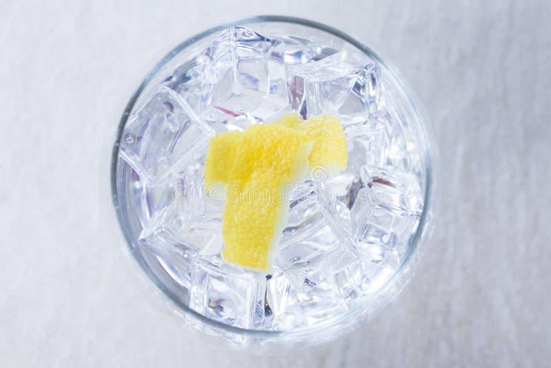 Citronskal på ett ginuppiggningsmedelexponeringsglas fotografering för bildbyråer