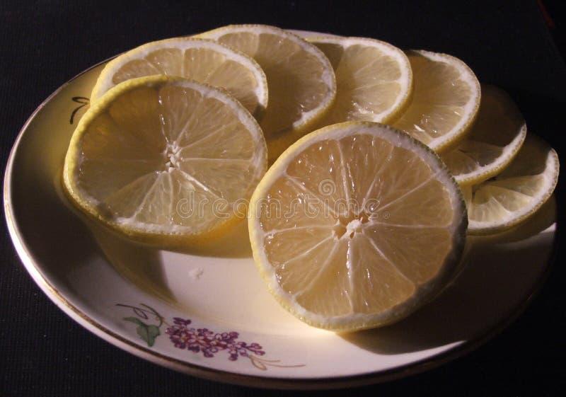 Citronstilleben på en maträtt royaltyfri bild