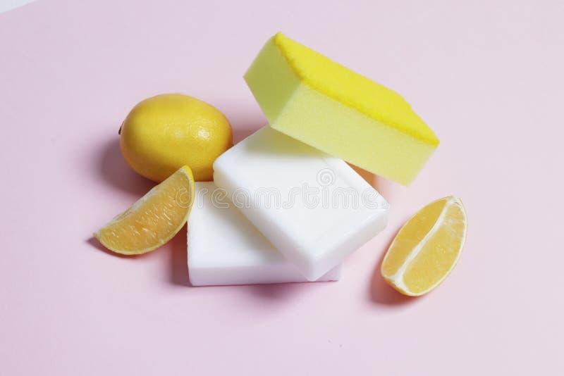 Citrontvål för tvätt och att bleka av saker på en rosa bakgrund royaltyfria foton