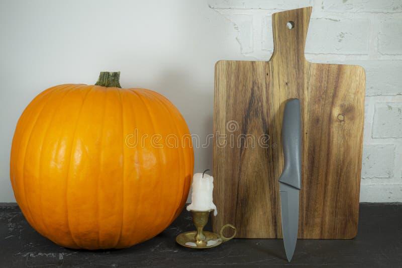 citrouille d'automne avec chefs couteaux et planche à découper image libre de droits