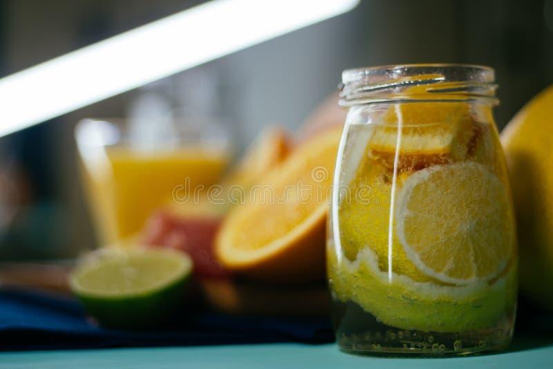 Citrus apelsiner, citroner, limefrukter, grapefrukt, pomelo på tappning bo royaltyfria foton