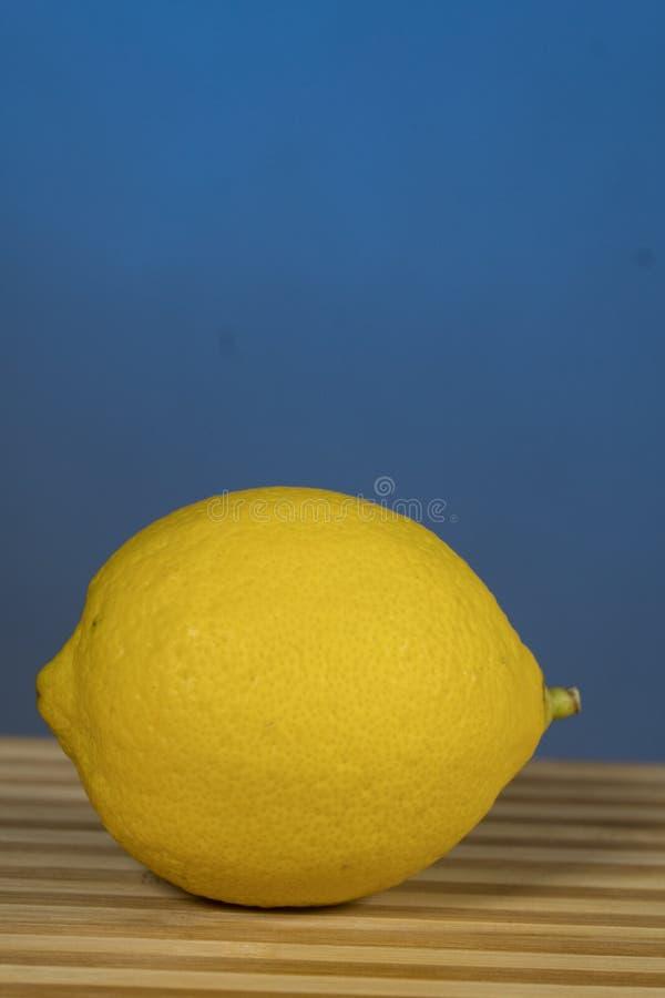 Citrus-citron, sur le bois, Sur fond bleu image libre de droits