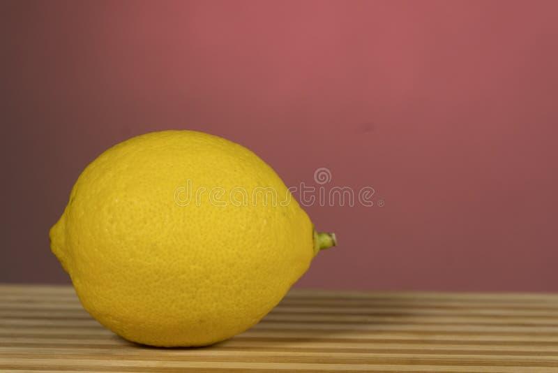 Citrus-citron, sur le tableau en bois photos libres de droits
