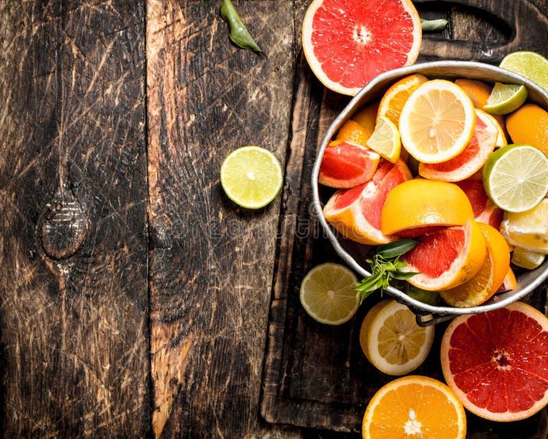 citrus klar text för bakgrund Nya citrusfrukter i den gamla hinken royaltyfri foto