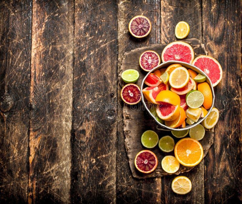 citrus klar text för bakgrund Nya citrusfrukter i den gamla hinken arkivbilder