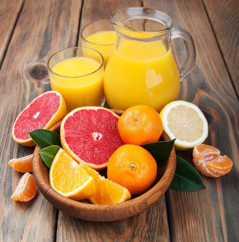 citrus ny fruktsaft royaltyfria bilder