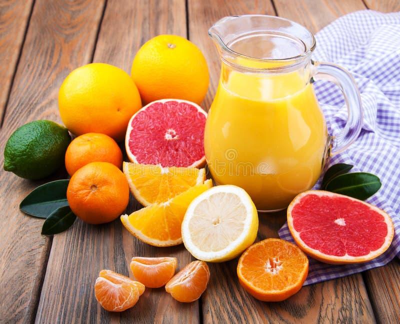 citrus ny fruktsaft arkivbild