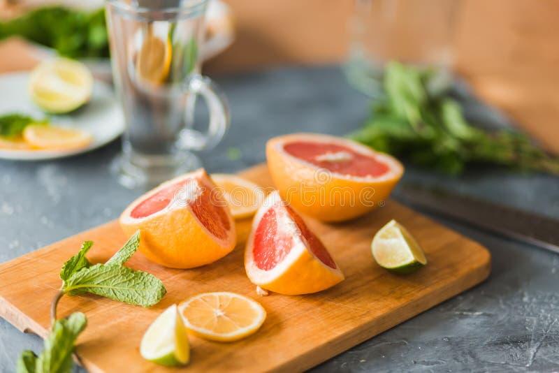 Citrus och lemonad på tabellen i sommar arkivbild