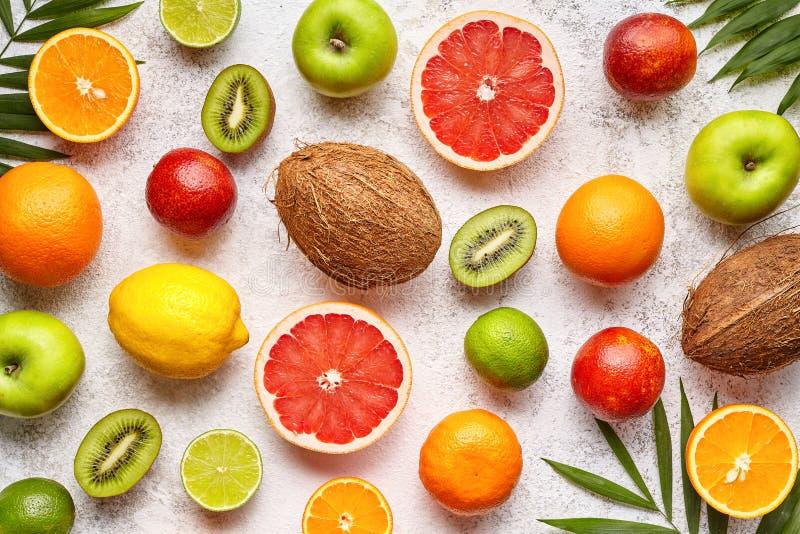 Citrus skivad lekmanna- fruktbakgrundslägenhet, sund vegetarisk organisk mat arkivbilder
