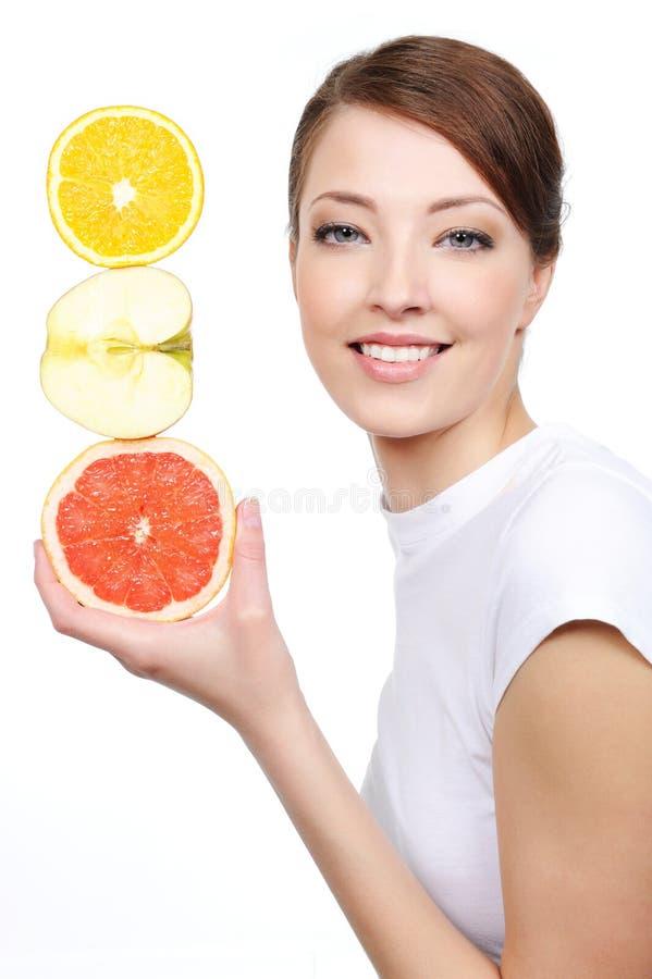 citrusa frukter som skrattar kvinnan royaltyfri fotografi