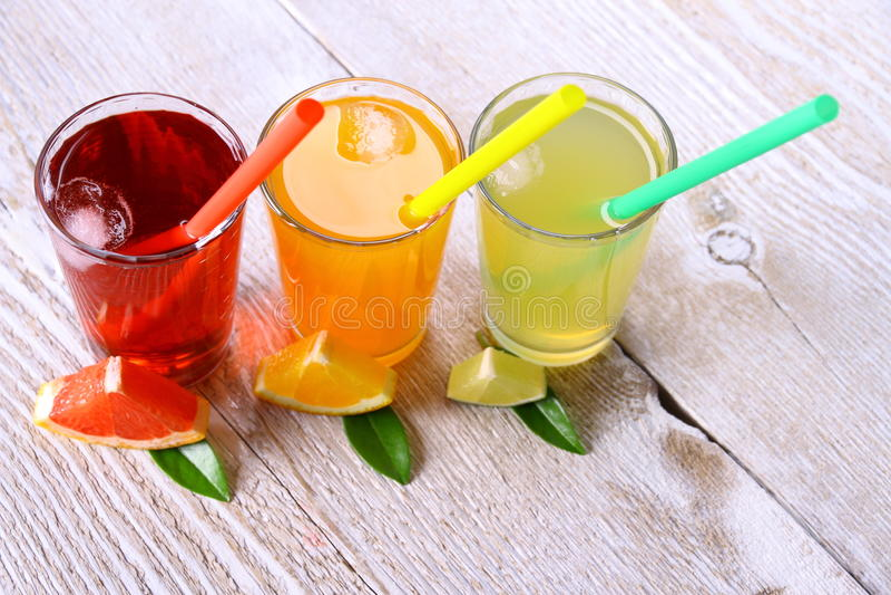 Citrusa fruktsafter i exponeringsglas från grapefrukten, apelsiner, limefrukt fotografering för bildbyråer