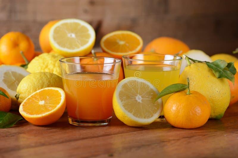 Citrusa fruktsafter på tabellen royaltyfri fotografi