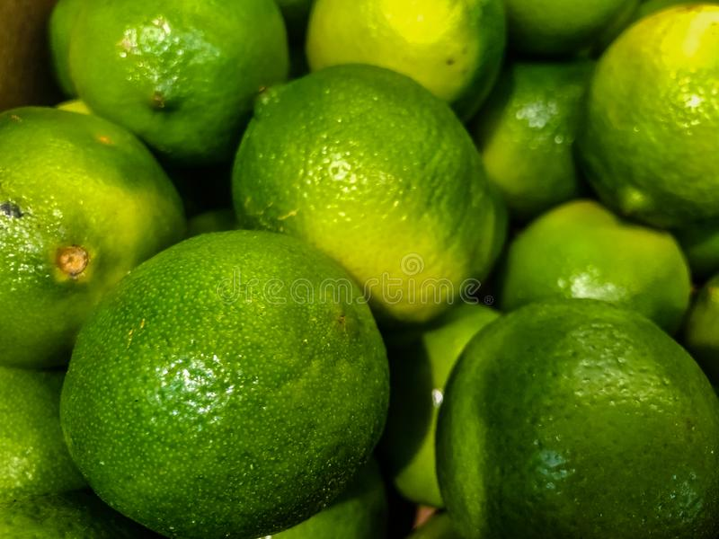 Citrusfrukter av limefrukt i fruktmarknaden Selektivt fokusera royaltyfri bild