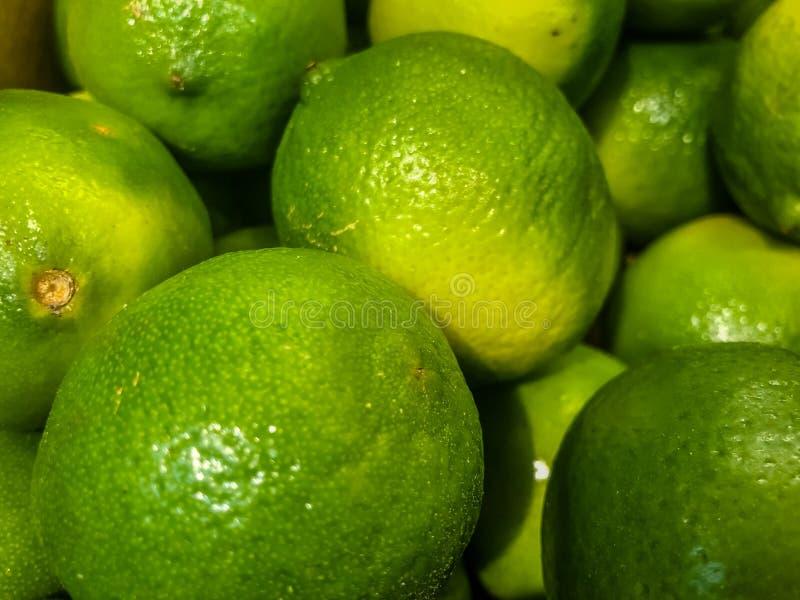 Citrusfrukter av limefrukt i fruktmarknaden Selektivt fokusera royaltyfri fotografi