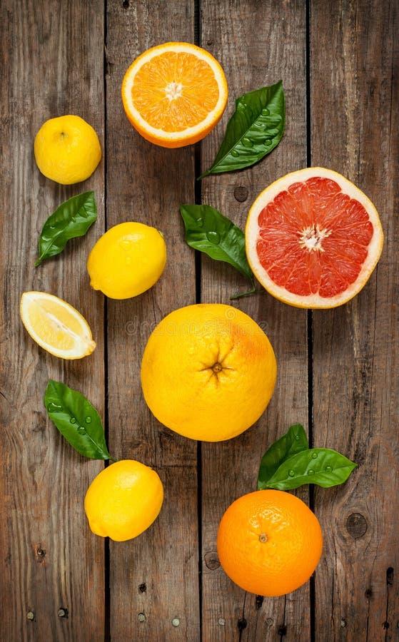 Citrusfrukter (citron, grapefrukt och apelsin) på tappningträ royaltyfria bilder