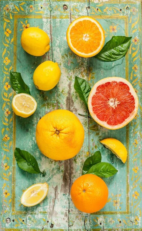 Citrusfrukter (citron, grapefrukt och apelsin) på tappningträ royaltyfri fotografi