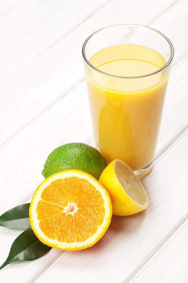 Citrusfrukter och exponeringsglas av fruktsaft Apelsin, limefrukt och citron fotografering för bildbyråer