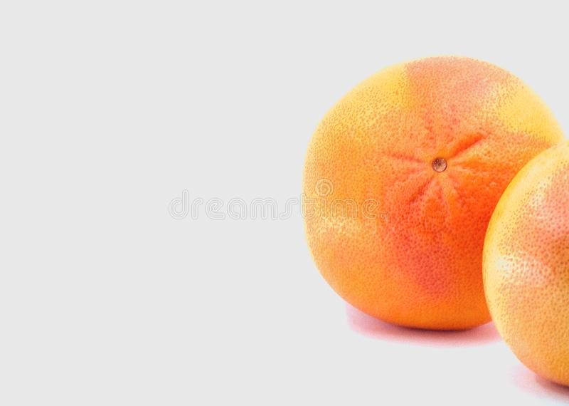 citrusfrukter röda grapevuts på vit bakgrund arkivfoto