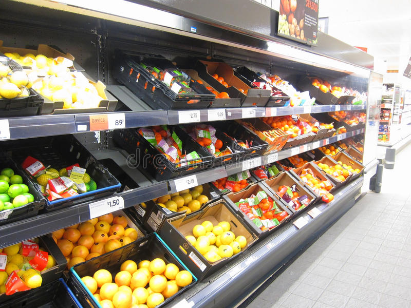 Citrusfruktskärm i en supermarket. royaltyfri bild