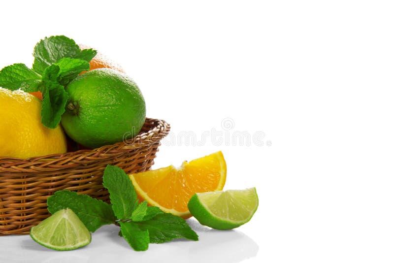 Citrusvrucht en munt in een mand royalty-vrije stock afbeeldingen