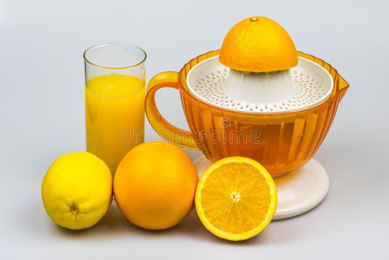 Citrusvrucht juicer op een witte achtergrond stock foto's