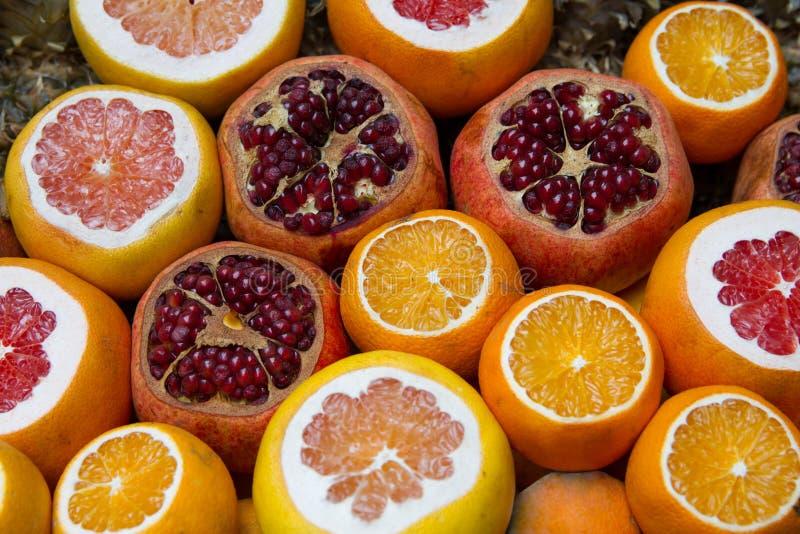 Citrusvruchten bij de markt stock afbeelding