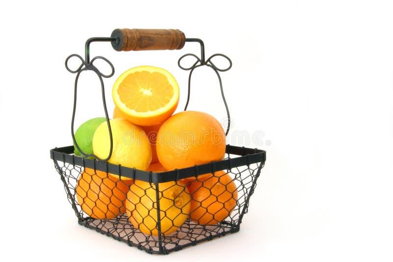 Citrusvruchten in een Mand over Wit royalty-vrije stock afbeeldingen
