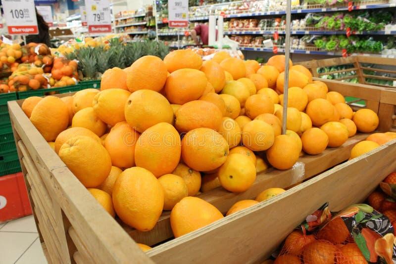Citrusvruchten in een supermarkt royalty-vrije stock foto's