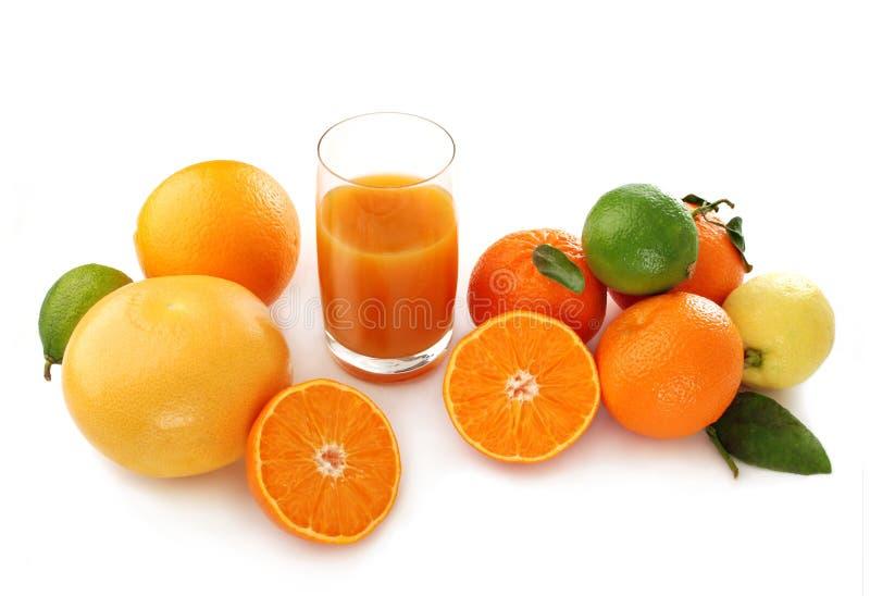 Citrusvruchten en sap in glas royalty-vrije stock afbeelding