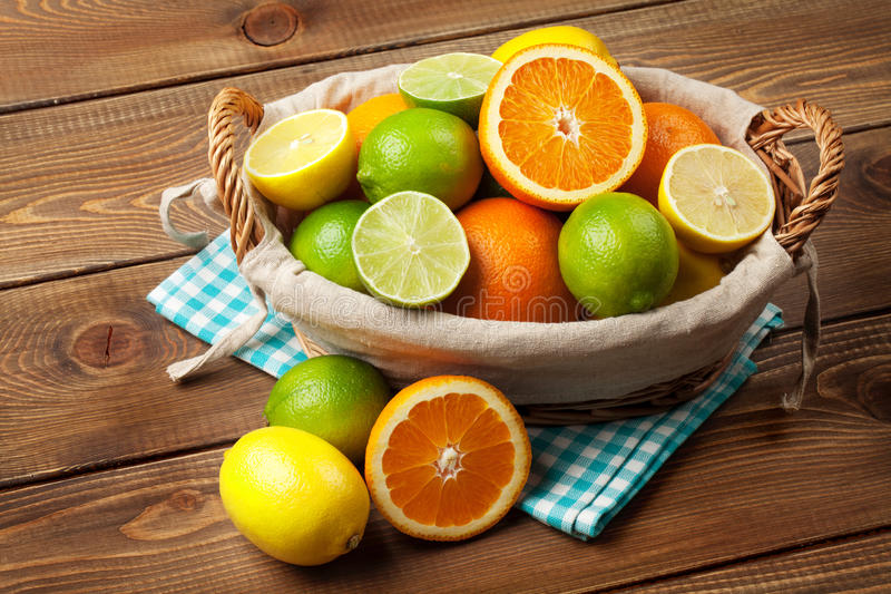 Citrusvruchten in mand Sinaasappelen, kalk en citroenen stock fotografie