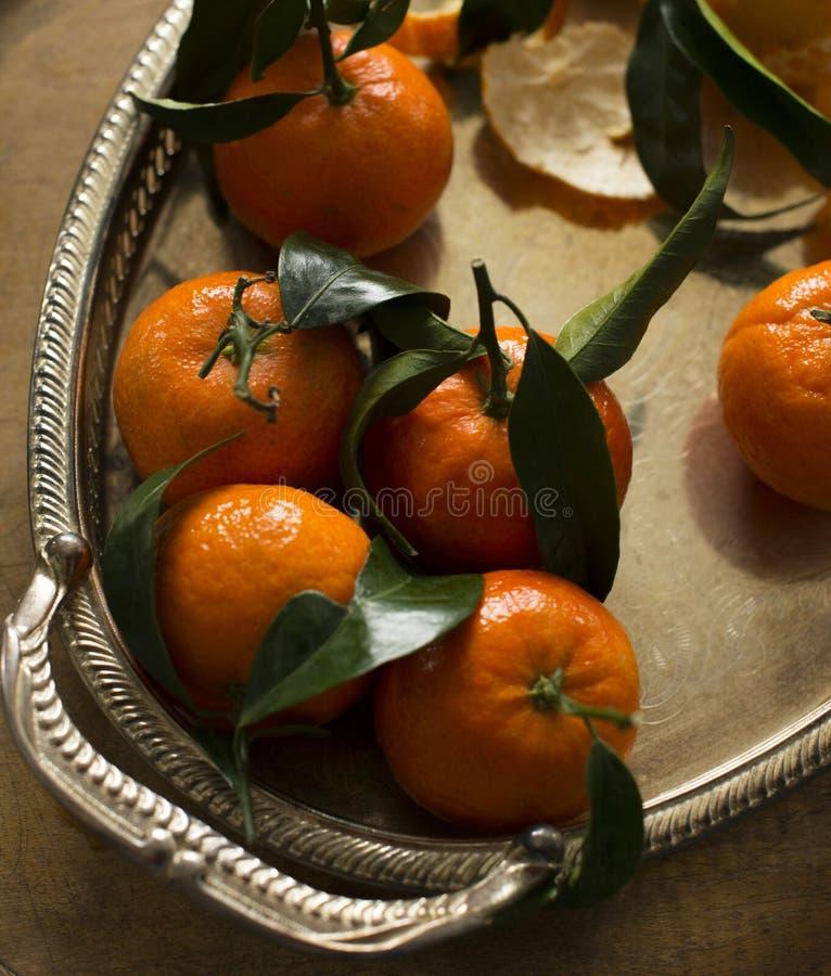 Citrusvruchtenmandarins in plaat stock foto