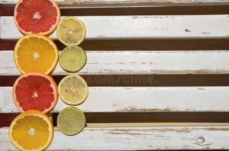 Citrusvruchtenplakken op houten oppervlakte royalty-vrije stock afbeelding