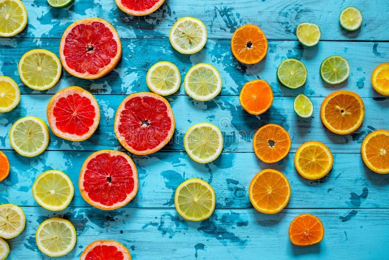 Citrusvruchtensinaasappel, citroen, grapefruit, mandarin, kalk op blauwe achtergrond stock foto